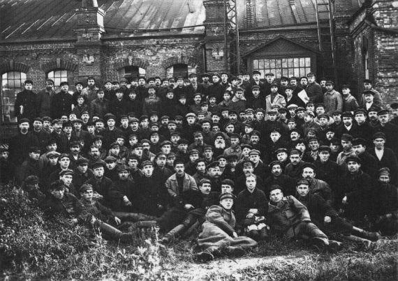 Рыбинск. 1918 год. Рабочие железнодорожных мастерских