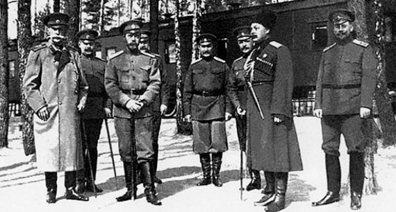 Николай II с офицерами Ставки Верховного главнокомандующего. 1915 год