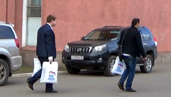 Помощник председателя —руководитель отдела по связям с общественностью МСР Андрей Становой выносит из здания совета вещи в то время, как заседание еще не закончилось.