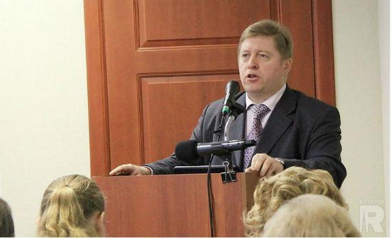 Генеральный директор МУП «Теплоэнерго» Леонид Иванов рассказывает депутатам о своих успехах