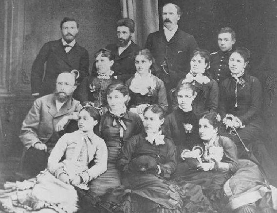 В третьем ряду первая слева Елена Максимилиановна Тидебель