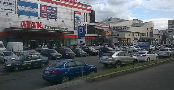 Парковки перегружены по всему периметру квартала
