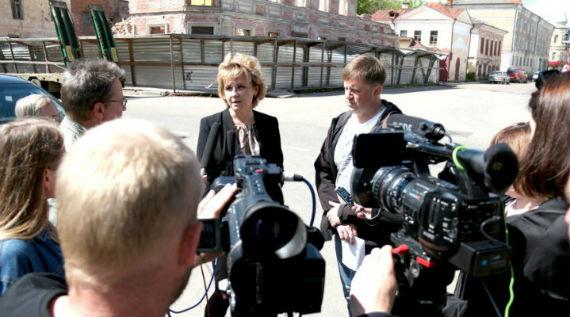 Любовь Тихонова рассказывает журналистам, как хорошо чиновники работают, и дает обещание воссоздать облик здания. Фото пресс-службы