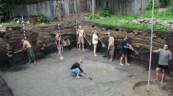Зачистка стенок и материка раскопа 3 (юг памятника)