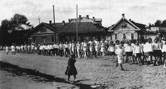Парад физкультурников на Сенной площади в Рыбинске. 1921 год