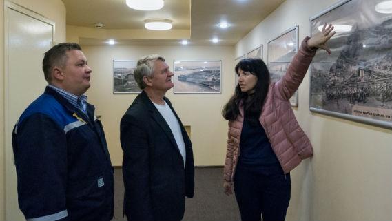 Ольга Бакланова ведет экскурсию по музею гидроэнергетики в Угличе