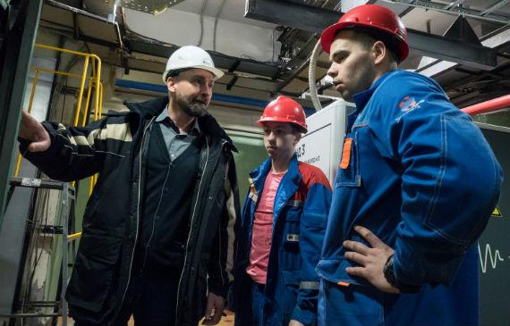 Главный инженер Нижегородской ГЭС Евгений Колесников с молодыми специалистами