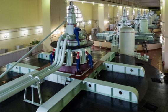 Машинный зал Нижегородской ГЭС. Ремонтные работы на гидротурбинном агрегате