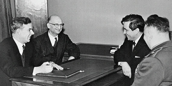 Председатель КГБ при Совете министров СССР В.Е. Семичастный (1 слева) принимает советских разведчиков Рудольфа Абеля (2 слева) и Конона Молодого (2 справа). Москва, сентябрь 1964 года
